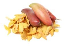 Neue gelbe Mango und Scheiben der getrockneten Mango lizenzfreie stockfotos