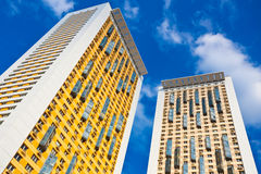 Neue gelbe Wohnungkontrolltürme mit Balkonen Stockfotografie