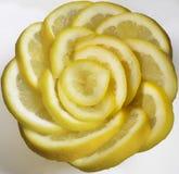 Neue gelbe Zitronenscheibe in der rosafarbenen Form lizenzfreie stockfotografie