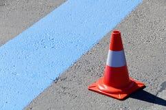 Neue gemalte blaue Linie für Kurzparkzone Stockbild