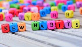 Neue Gewohnheitswörter auf Tabelle lizenzfreie stockbilder