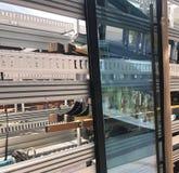 Neue Glasfenstertür, die geliefert wird stockfoto