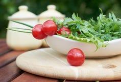 Neue Grüns und Tomaten Stockfoto