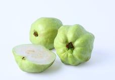 Neue Hälfte der Guajava-Fruchts über weißem Hintergrund Stockbild