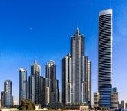 Neue Häuser auf den Straßen in Dubai stockfotografie