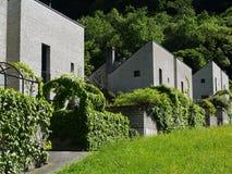 Neue Häuser in den Alpen Lizenzfreie Stockfotos