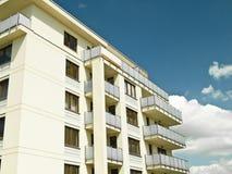 Neue Häuser für Verkauf am blauen Himmel Lizenzfreies Stockfoto