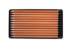 Neue hölzerne Bleistifte im Metallkastenzinn lokalisiert Lizenzfreie Stockfotos