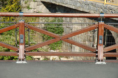 Neue hölzerne Sperre auf Brücke Stockfoto
