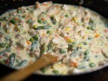 Neue Hühnerfleischscheiben mit Gemüse in der Sahnesauce in einem PA Stockfotos