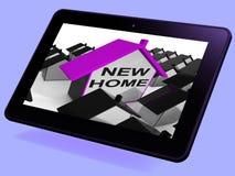 Neue Haupthaus-Tablet-Durchschnitte, die heraus Eigentum kaufen oder mieten Stockfotografie