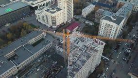 Neue hohe Gebäude, die im Prozess konstruieren bildschirm Draufsicht des Baus eines Wohngebäudes in stock video footage