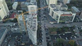 Neue hohe Gebäude, die im Prozess konstruieren bildschirm Draufsicht des Baus eines Wohngebäudes in stock footage