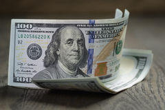 Neue hundert Dollarscheine auf hölzerner Tabelle Stockfotografie