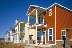 Neue Häuser unter Aufbauten Stockfotografie