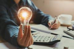 neue Idee und kreatives Konzept für Geschäftsfrau übergeben das Halten von Li Stockfoto