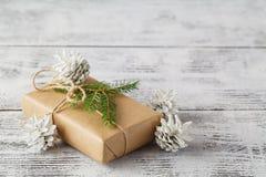 neue Ideen, das Haus zu verzieren dieses Weihnachten Kästen mit Weihnachtsgeschenken Schöner Satz stockbild
