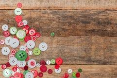neue Ideen, das Haus zu verzieren dieses Weihnachten Knöpfe stapeln auf hölzernem Hintergrund lizenzfreie stockbilder