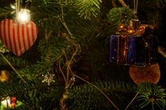 neue Ideen, das Haus zu verzieren dieses Weihnachten Rotes Herz, das an Weihnachtsbaum hängt leuchten Hintergrund Bokeh Stockfotos