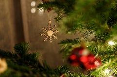 neue Ideen, das Haus zu verzieren dieses Weihnachten Stern, der an Weihnachtsbaum hängt Stockfotografie