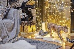 neue Ideen, das Haus zu verzieren dieses Weihnachten Weihnachtsgeschenke in den Kästen gemütliches Sofa und Girlanden, Innendetai stockbilder