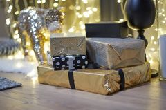 neue Ideen, das Haus zu verzieren dieses Weihnachten Weihnachtsgeschenke in den Kästen Goldene und bräunliche Ästhetik stockfotos