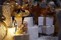 neue Ideen, das Haus zu verzieren dieses Weihnachten Weihnachtsgeschenke in den Kästen Goldene und bräunliche Ästhetik lizenzfreie stockfotografie