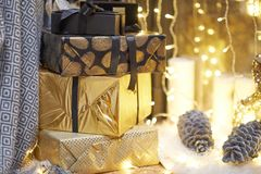 neue Ideen, das Haus zu verzieren dieses Weihnachten Weihnachtsgeschenke in den Kästen Goldene und bräunliche Ästhetik lizenzfreie stockfotos