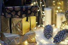 neue Ideen, das Haus zu verzieren dieses Weihnachten Weihnachtsgeschenke in den Kästen Goldene und bräunliche Ästhetik lizenzfreies stockfoto