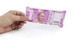 Neue indische Banknote in den Händen stockbild