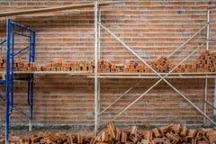 Neue Innenwand des roten Backsteins mit dem Baugerüst im Bau Stockfoto