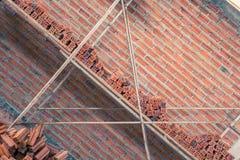 Neue Innenwand des roten Backsteins mit dem Baugerüst im Bau Lizenzfreies Stockbild