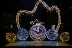 Neue Jahr ` s leuchtende Uhr Stockbild