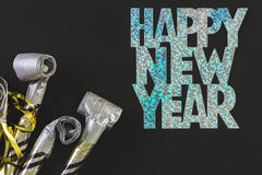 Neue Jahre Ausblasen stockfotos