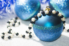 Neue Jahre Ball mit blauem und weißem Lametta Lizenzfreies Stockfoto