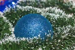 Neue Jahre Ball mit dunkelgrünem und weißem Lametta Stockfotografie