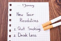 Neue Jahre Beschlüsse, die auf Blatt Papier geschrieben wurden, beendigten zu rauchen, Welt kein Tabaktag Stockfotos