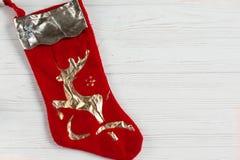 Neue Jahre Dekoration rote Socke mit goldenen Rotwild auf weißem rustikalem w Stockfotos