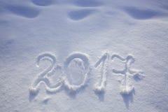 Neue Jahre des Datums 2017 geschrieben in Schnee Lizenzfreies Stockfoto