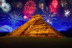 Neue Jahre Feuerwerksanzeige in Chichen Itza Stockbilder