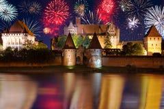 Neue Jahre Feuerwerksanzeige in Malbork Stockfotos