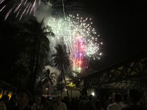 Neue Jahre Feuerwerksexplosion in der Luft als Leuteuhranzeige an Lizenzfreies Stockbild