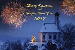 Neue Jahre Karte mit romantischer Kapelle und Feuerwerk Stockbilder