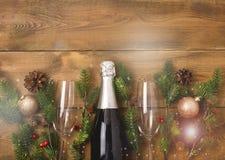Neue Jahre Weihnachtsfeier-Hintergrund-mit Paaren von Weingläsern und von Flasche der Champagne Christmas New Year Card-Tannen-De stockfotos