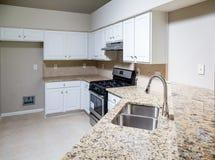 Neue Küche mit Granit Countertop und Edelstahl-Wanne Stockfotos
