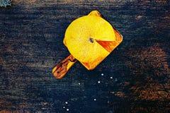 Neue Kantalupenmelonenscheiben auf einem dunklen Hintergrund Lizenzfreie Stockbilder