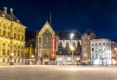 Neue Kirche Nieuwe Kerk in Amsterdam auf Verdammungsquadrat nachts, die Niederlande stockbild