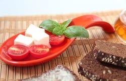Neue Kirschtomaten und Kalamata-Oliven auf Toast Stockfoto
