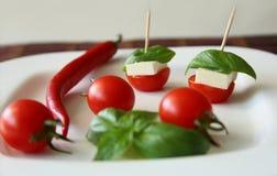 Neue Kirschtomaten und Kalamata-Oliven auf Toast Lizenzfreie Stockfotografie