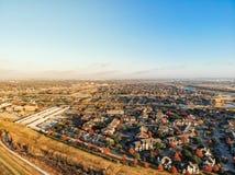 Neue konkrete Spur der Vogelperspektive nahe Wohngebäude in Vorstadt-Dallas lizenzfreies stockbild